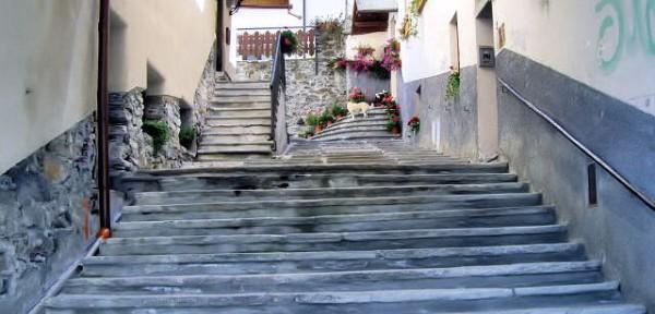 Cormayeur:-scalinata-nel-centro-storico.jpg